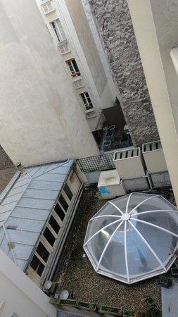 Hotel Eiffel Turenne: вид из окна во двор