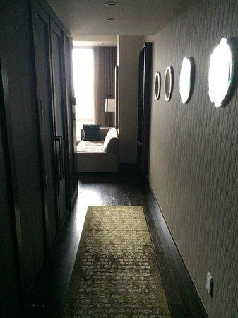 Kimpton Hotel Eventi: Hallway from door to living room