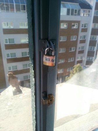 Appart Hotel Las Piedras: ventana de la habitacion del entrepiso, no tenia traba por ende se golpeaba las hojas
