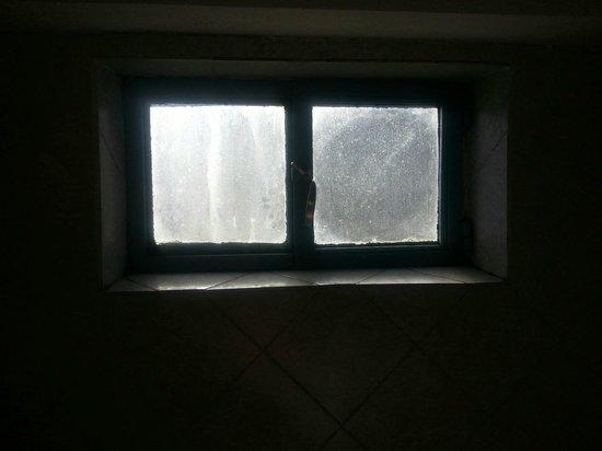 Appart Hotel Las Piedras: ventanita del baño, lleno de hongos.