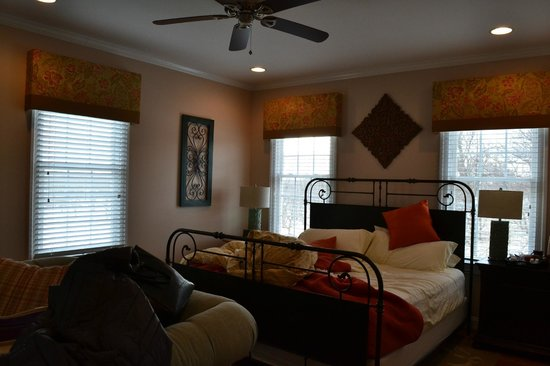 Hillbrook Inn: Sunrise Room at the Farmhouse - sleeps 4