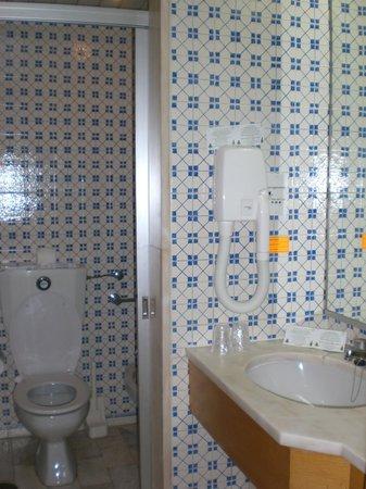 Estoril Eden Hotel : Comfy tiles bath