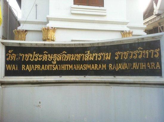 Wat Rajapradit Sathitmahasimaram Rajaworavihara: Targa identificativa