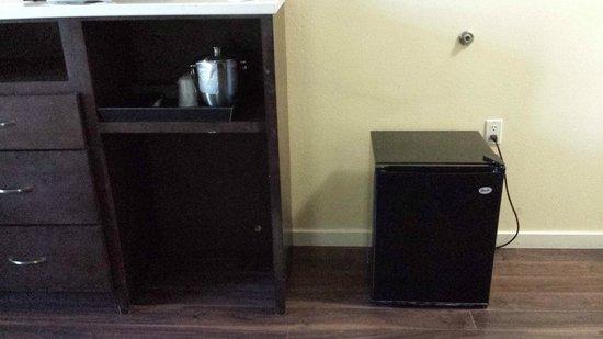 Ontario Grand Inn & Suites: mini fridge