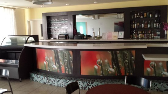 Ontario Grand Inn & Suites: Bar in dining area