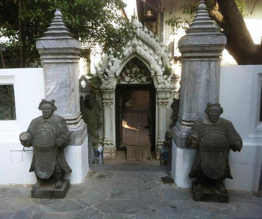 Wat Rajapradit Sathitmahasimaram Rajaworavihara: Statue di origine cinese