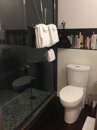 Hotel Zetta San Francisco: toilet and shower