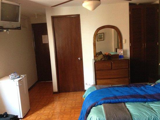 Hostal Torreblanca: View towards the bathroom and main door