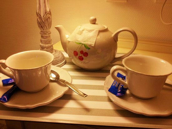 St Claire Hotel: Hot tea brought to the room on a tray! I don't get this at a 4 star hotel.