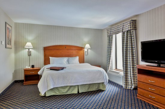 Hampton Inn & Suites Jamestown: King Suite