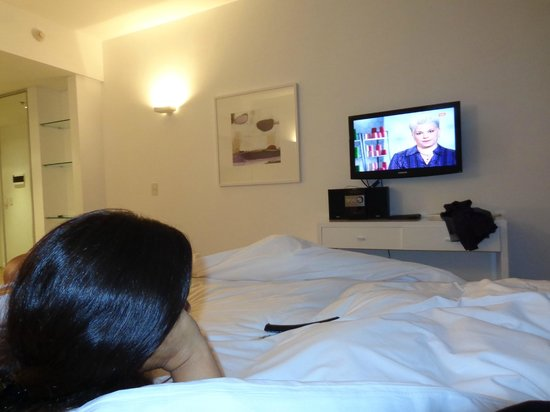 Rental Suites Pilar: MIRANDO LA TV..