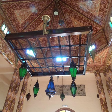 Kasbah Hotel Chergui: Ceiling and lanterns at reception area