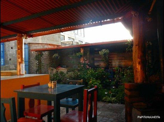 Hostal Tiana : Cuisine / jardin / salle à manger