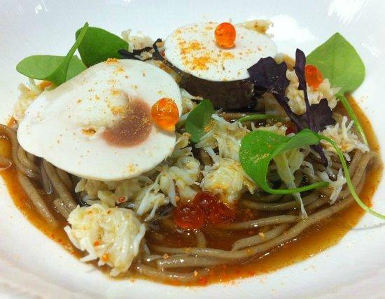 Gaya : Emieté de tourteau, soba au bouillon d'oignon brûlée et champignon de Paris.