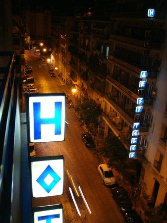 Hotel Pergamos: Вид с балкона вечером