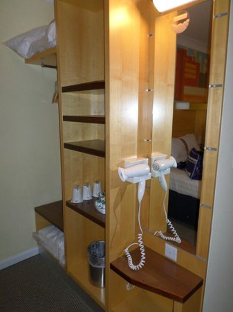 Holiday Inn Express Edinburgh - Waterfront : the room shelves and other facilities