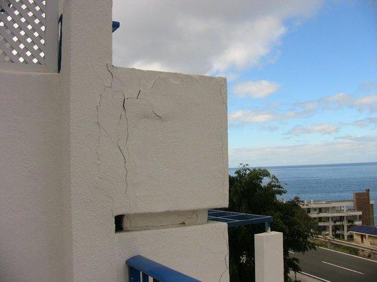 Cala Blanca by Diamond Resorts: outside balcony cracks
