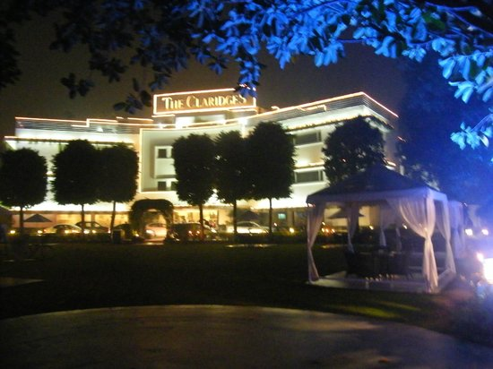 The Claridges New Delhi: Night time front of Hotel