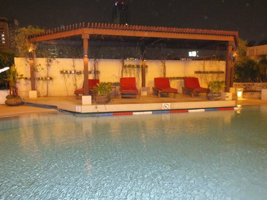 At One Inn: piscine de nuit