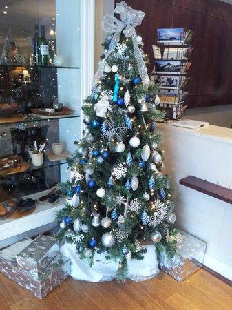 Devon Valley Hotel: Christmas spirit at the front desk