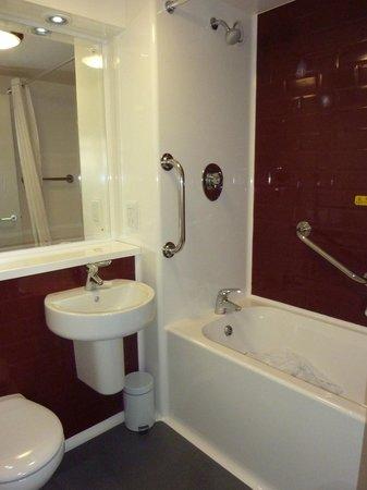 Travelodge Lytham St Annes: Bathroom