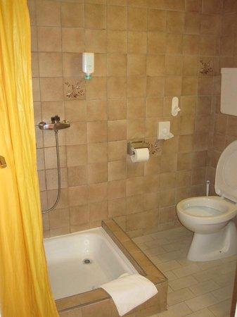 Hotel National AG: Bad mit Dusche