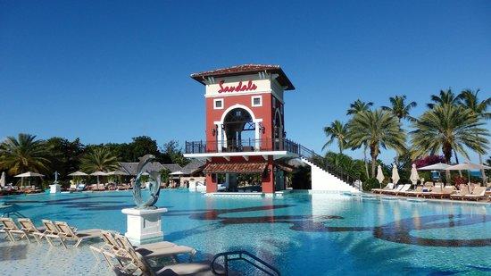 Sandals Grande Antigua Resort & Spa: Main Pool & Swim Up bar