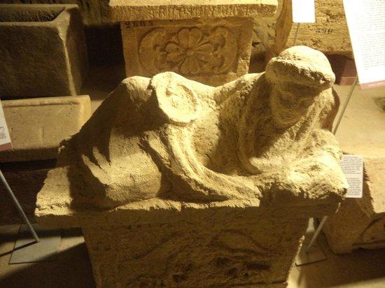 Museo Civico La Citta Sotterranea : Sarcofago con sopra un busto