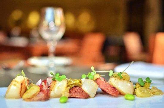Arrecifes Seafood & Steakhouse: Peras caramelizadas envueltas en pasta phyllo y ensalada de cítricos.