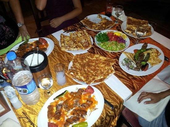 Saray Zetas Restaurant : Une partie du repas pour 4