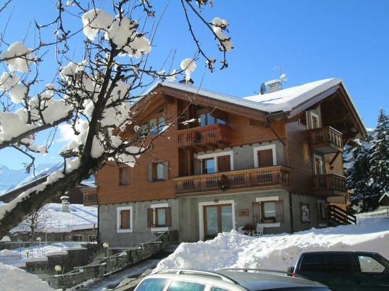 baita al pian sotto una bella nevicata
