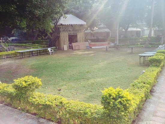 The Aravali Tent Resort: Lawn in the center, Place of camp fire as well.