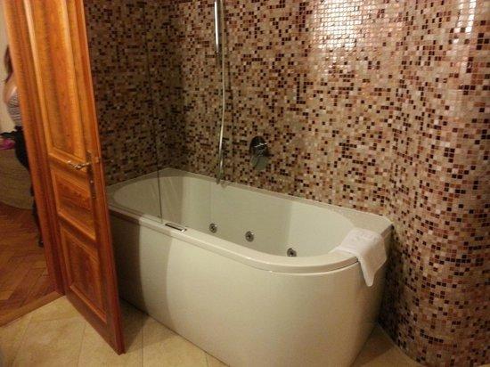 Malostranska Residence : amazing Jacuzzi bath