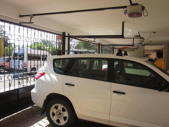 Pacifico Colonial: Private garage