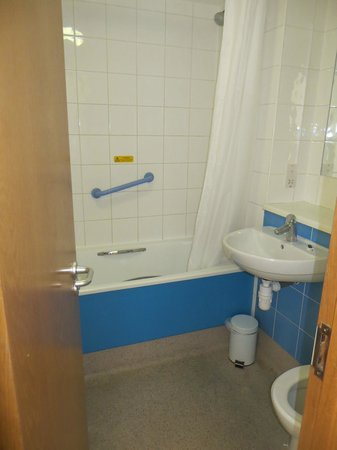 Travelodge Preston Central: bathroom