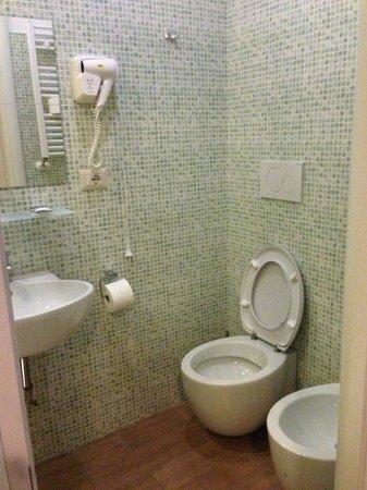 Santa Maria Inn: baño con secador y jabones