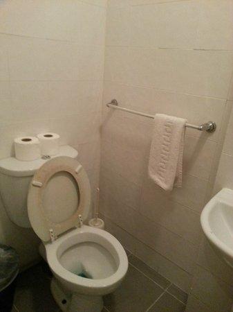 Premier West Hotel: toilet