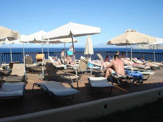 Sea Side Resort & Spa : Sun bathing area by lower pool