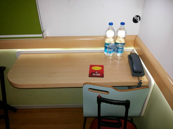 Hotel Formule1: Tiny study table