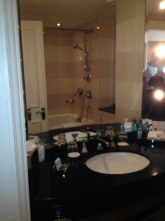 Old Course Hotel, Golf Resort & Spa: The bathroom