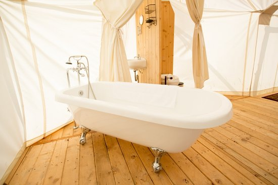 Glacier Under Canvas : Clawfoot tub in the Suite