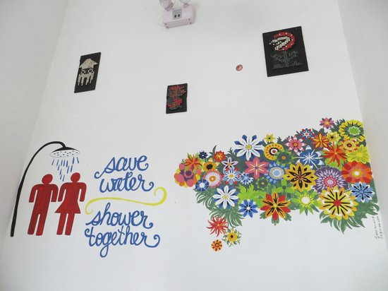 Milhouse Hostel Cusco: Wall decorations