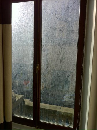 38 Bath Street Serviced Apartments: filthy windows