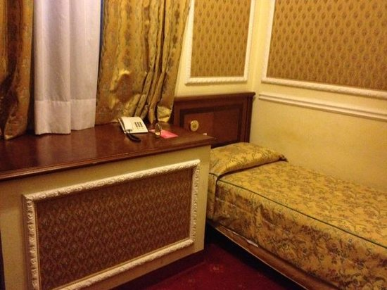 Champagne Garden Hotel: Hotel - Single room