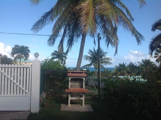 Residence Cocody : giardino con barbeque e vista oceano