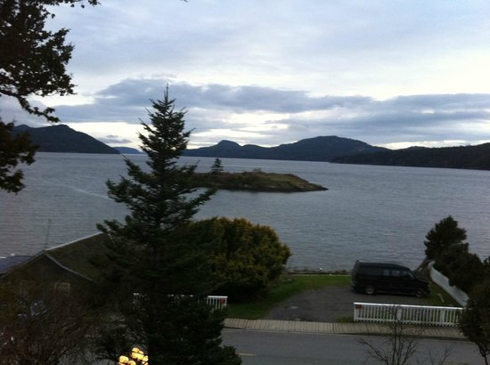 Outlook Inn on Orcas Island: The view from our deck, also easily seen from the bed and sitting area.