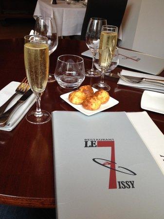 Le 7 a Issy: coupe de champagne, gougère