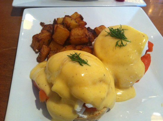 Humble Bee Bakery and Cafe: Eggs Benedict