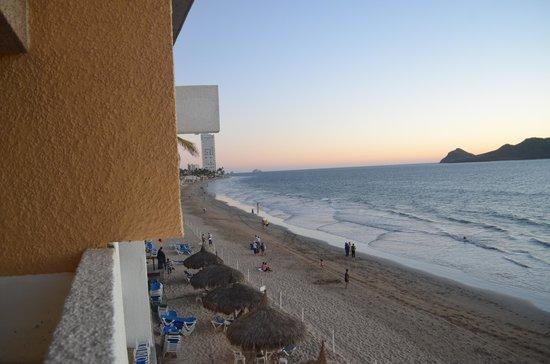 El Cid Castilla Beach Hotel: Left to the balcony