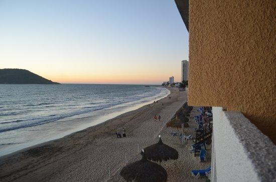 El Cid Castilla Beach Hotel: Right to the balcony.